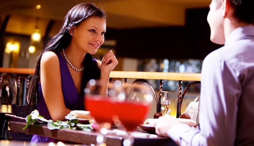 девушка и парень в ресторане