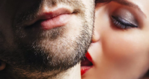 девушка целуется